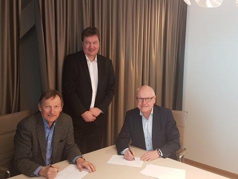 SIGNERT: Karl-Johan Jakola (Norinnova), administrerende direktør Terje Hammerfjeld (Arena Norge AS) og administrerende direktør Terje Strømme under signering av salget.