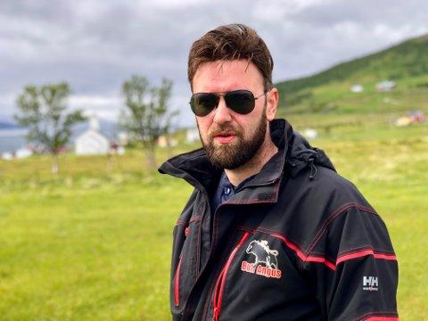 For Birger B Bull og Bull Gård i Grunnfjorden på Ringvassøy har mye handlet om å tenke utradisjonelt. Her er han avbildet på Karlsøya - som han mener er et utmerket område for en ny type landbruk-