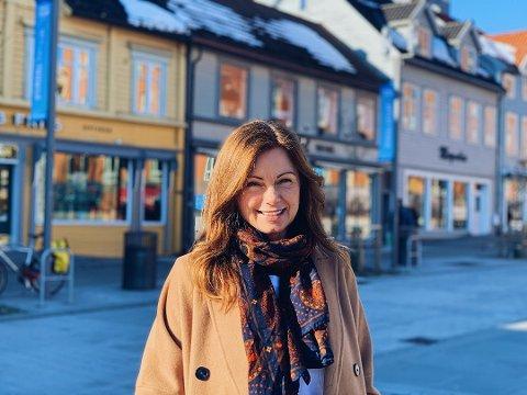 SPEIDER: Maria Willumsen (43) er tromsøværing, og sjef for Starbucks Skandinavia - i april var hun i Tromsø og lette etter sentrumslokaler for å etablere Starbucks i sin egen hjemby. Nå legges planene foreløpig på is.