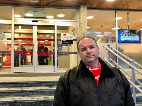 I KØ: Tre timers åpningstid og lang kø ved NAV i Tromsø. Enten det, eller telefonen. Alf Tore Aronsen hadde prøvd alle muligheter. Først etter at Nordlys omtalte saken, tok en saksbehandler kontakt.