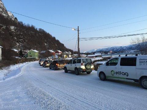 KØ: Her står folk i Furuflaten-området i kø hver dag. Til venstre en av bilene til Elektro-sport. Firmaet til Roger Samuelsen taper store summer på den stengte tunnelen.