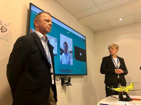 ALVOR: Teknisk sjef Øystein Hobbelstad og driftsjef Hilde Sjurelv ved Babcock Norge under pressekonferansen søndag. Med på videokonferanse var også Hans Skog-Andersen, sjef for flyoperasjoner (i midten)