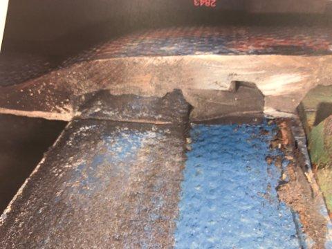 HER GIKK DET GALT: Bildet viser tverrsnitt av en oppgravd kobling fra prosjektet. Her har røret fått for stor avvinkling, og denne delen av muffen er skjøvet inn over sveisesømmen som skulle stoppe den. Dermed er også pakningen forskjøvet og det oppstår lekkasje. Tromsø kommune mener årsaken er hard bruk av gravemaskin ved avvinkling. ESM mener skaden har oppstått da trykket ble satt på og rørene beveget seg.