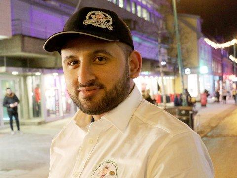 FÅR IKKE PLASS: Khader Zourob vil ha et sunnere mattilbud i Tromsø sentrum, men får verken plass eller lov til å selge fra ei matvogn i Tromsø.