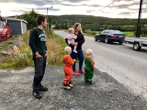 REDD: Familien er livredd veien. Trafikken forbi grasmyr er tung. Ida og Tom Erland Skøyen tør ikke engang gå langs veien med ungene Mie, Ulrick og Eskil.