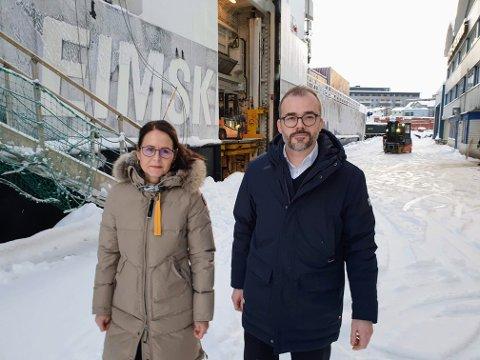 EIMSKIP: Direktørene Lara Konradsdottir og Thomas K. Føre viser frem ett av skipene, «Polfoss».