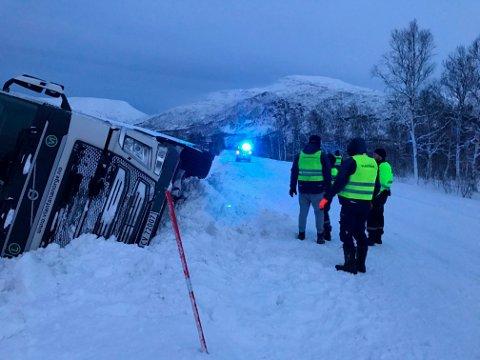 I GRØFTA: En semitrailer i grøfta langs E6 i Kåfjord. Dette er et vanlig syn vinterstid. Nå vil ordførerne i regionen ha bedre veistandard.