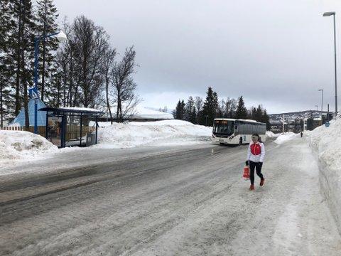 TOMME BUSSER: Tide-sjåførene kjører forbi tomme busstopp i Tromsø. Her fra Workinnmarka mandag formiddag.