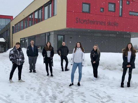 SURT: Elevene Joakim Pedersen, Mariell Isaksen, Mia Olsen, Elise Hille Skaue og Janita Elvebo Karlsen med foreldrene Kurt Isaksen og Ole-Espen Skaue bak.