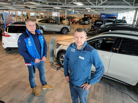 LENGRE ÅPNINGSTIDER: Salgssjefene Roar Jensen og Tom Karlsen ved Bil i Nord i Tromsø