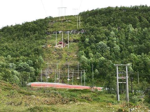 NY KRAFTLINJE: Kraftlinjen fra Håkøya koblingsstasjon til Kvaløya trafostasjon ble reetablert og forsterket for å ta imot kraft fra den nye vindparken. Nå protesterer Tromsø vind AS på regningen fra Troms kraft Nett.