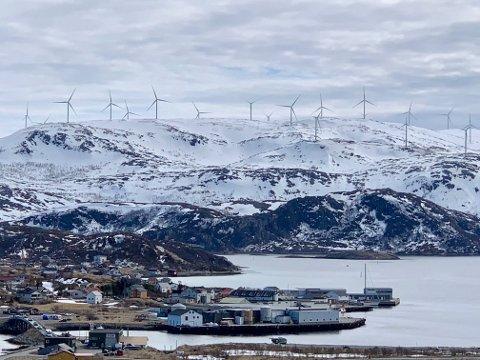 GIGANTUTBYGGING: Vindkraftutbyggingen på Kvitfjell og Raudfjell er blant de største i Nord-Europa. Her bilde tatt fra Hillesøy.