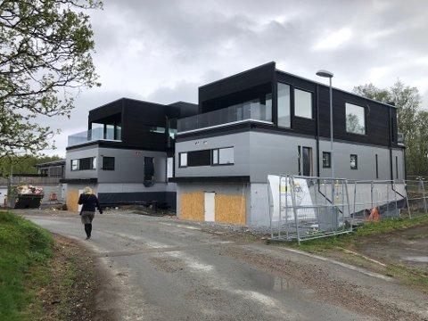 HOCHLINVEGEN: De to eneboligene står nå tomme etter at kommunen har nektet brukstillatelse, og trukket tilbake byggetillatelse. Bildet er fra i sommer.