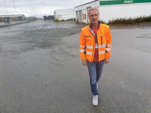 RUBBHALL: Utbyggingssjef Svein-Idar Henriksen viser hvor den midlertidige hallen skal plasseres.
