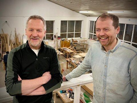 HUMØR: Møbelkameratene Bjørn Viggo Ottem og Kim Daniel Arthur er i godt humør om dagen.