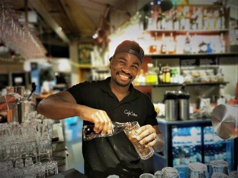 ALKOHOLFRITT: Stanley Mubanga og Cafe Sånn må som alle andre utesteder la være å selge alkohol denne og neste uke.