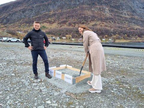 FØRSTE SPADETAK: Fabrikksjef Frode Hansen ser på at daglig leder Gunhild Sjøvik tar første spadetak.