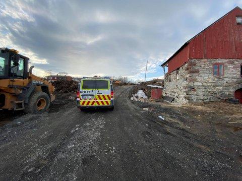 GRAVEARBEID: Det foregår storstilt gravearbeid på den gamle gården på Stakkevollan på nord-tromsøya. Mandag ettermiddag ble Forsvaret tilkalt etter funn av luftvernammunisjon.