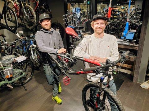 VERKSTED: Geir Arne Johansen (t.v.) og Stian Skjærvik er to av fire eiere i Bikeriet. De har butikk og verksted på Jekta. Foto: Øystein Barth-Heyerdahl