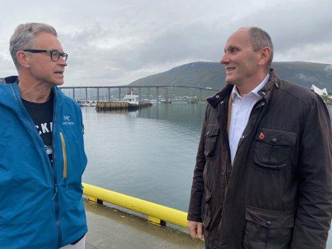 I TROMSØ. Fiskeriminister Odd Emil Ingebrigtsen og Jack Robert Møller, daglig leder i Lyngen Reker, ser begge frem til å få flere reketrålkonsesjoner lyst ut. Foto: Nærings- og fiskeridepartementet.