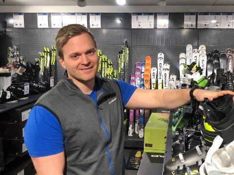 KLAR FOR VINTEREN: Sportsbutikken hadde god vekst i fjor, men Håkon Riise måtte likevel ha opphørssalg og forberede seg på slutten. Nå ser han fram til en innbringende vinter med mange norgesferierende kunder.