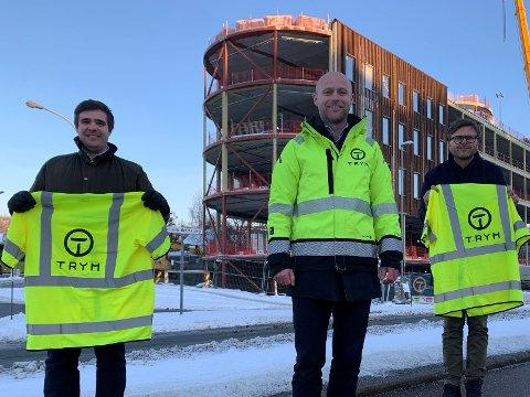 NYE SJEFER OG NYTT BYGG: Her står Eivind Svarva (fra venstre), Robert Skjervstad og Kaj Jacobsen foran Dybdahlsgården; mer 8600 kvm kontor, handel og servering hvor Trym er totalentreprenør.