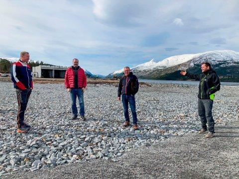 STORE PLANER: Stein Okstad (til venstre), Jørn Otto Røed og Arne Kiil i Nærøysundgruppen jobber for fullt med planene om settefiskfabrikk på Terråk. Frode Næsvold, daglig leder i Brukstomta Næringspark AS, er fornøyd med å ha funnet en kjøper til den sjønære industritomta.