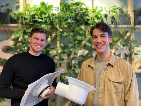 NOMINERT TIL PRIS: NTNU-studentene Henning Patricksson og Stian Kvaran Bongard har utviklet en gulvsluk som skal spare samfunnet for vannskader.