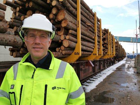 NY RUTE: Innkjøpssjef Sigbjørn Dalen hos Norske Skog Skogn gleder seg over å ha funnet en mer miljøvennlig og bærekraftig transport av tømmer inn til avispapirfabrikken.