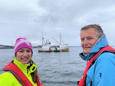 NYE STRUKTURER: Kristin Haanshuus og Viggo Iversen ser at det blir satt ut tau-hotell for morgendagens miljøforkjempere under vann. Nå skal potensialet for biologisk produksjon av lavtrofisk biomasse i Trondheimsfjorden og på Namdalskysten kartlegges.