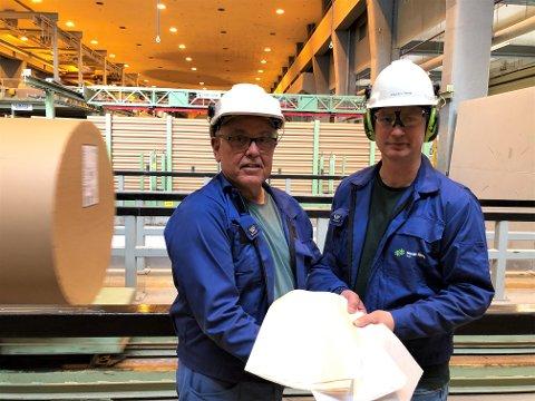 UTVIKLINGSARBEID: Prosessingeniør Terje Reitan og produksjonssjef for papirfabrikken, Knut Erik Norøy representerer to ulike generasjoner arbeidere ved fabrikken som nå utvikler seg sammen mot fremtiden.