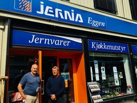 VEMODIG: Etter 160 år i familiens eie har brødrene John (til venstre) og Olaf Eggen bestemt seg for å selge Jernia Eggen. – Butikken har vært en livsstil og noe som har vært i livene våre 24 timer i døgnet hele året, sier de.