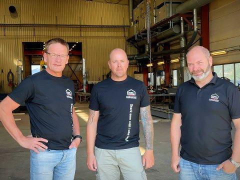 TAR AV: I 2023 skal verdenseliten i hopp på nytt måle krefter i Granåsen. Grunnlaget for lange svev legges blant annet av Overhalla Mekaniske AS, her representert ved Ivar Lysberg (daglig leder, til venstre), Runar Hopen (avdelingsleder Namsos) og Hartvig Jacobsen (produksjonssjef Namsos).