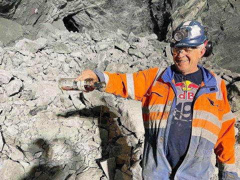 HOLDER TRADISJONEN: Skanskas tunellformann Helge Flateland sto for den velsignelsen av røysa etter at langdistanseprosjektet inne i fjellet ved Fiskumfossen nådde sitt endelige gjennombrudd.