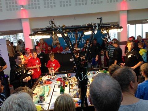 FINALE: Fryal skole og Vallset skole kjemper i finalen i robotkjøring.