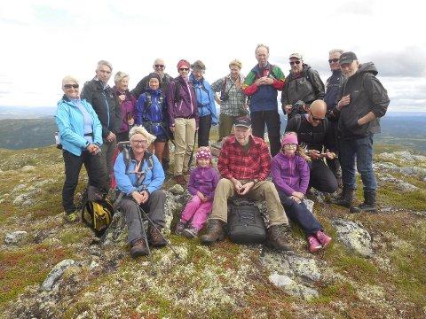Toppbilde: De fleste av deltakerne på DNTs tur til Olavskampen, med eldste og yngste deltaker i front. Foto: Privat