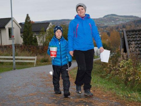 Heine Ulven Linnerud og mor Hilde Ulven trosset kulden for å samle inn penger til Røde Kors i årets TV-aksjon.