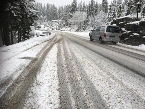 Trafikken går sakte i snøslapset over Tonsåsen tirsdag formiddag.