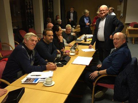 - Vi er heldig stilt som kan sette av penger på bok i 2017. Deretter kommer noen utfordringer, men de skal vi klare, sa ordfører Terje Odden (Ap, stående), her i gruppemøte med f.v. Per Briskodden, Rune Rønningen, Anne Hagenborg, Bjørg Haugen Rønningen og Jon Odden (t.h.)