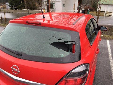 Denne bilen er en av de som ble påført skade i sprengningsulykken.