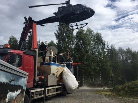 Gjødsling: Her lastes helikopteret med gjødsel