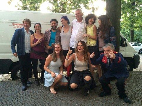Nypremiere: Store deler av filmcrewet samlet foran nypremieren i Berlin.
