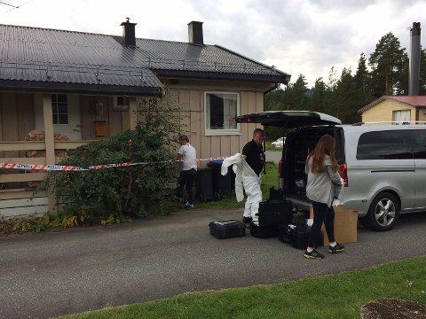 Kripos har ankommet avdødes bolig på Dokka for å fortsette de tekniske undersøkelsene der.