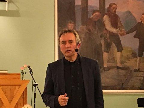 - En for bokstavtro fortolkning av Bibelen fører til en relion på avveie, hevdet tidligere sjefsredaktør i Vårt Land, Helge Simonnes, da han besøkte Ynglingen KFUK/KFUM på Gjøvik tirsdag.