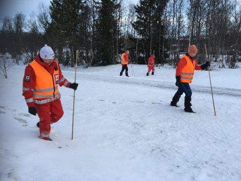 MANNGARD: Mannskap fra Øystre Slidre Røde Kors gikk manngard sør for Beitostølen sentrum lørdag.