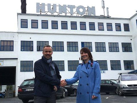FORNØYD: Huntons produksjonsdirektør Runar Jakobsen og adm. dir. Anita Hager i Intek Engineering AS er fornøyd med avtalen for pakkeutstyr til fabrikk nummer to.