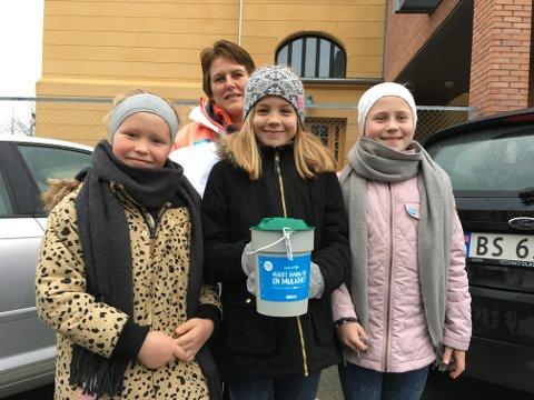 Gunn Tomte Thompson (bak) er med Eirin Tomte Thompson, Karoline Sundbakken Grini og Tora Alvestad Rafteseth, som nettopp har vært på Gjøvk skole og fått tildelt rute.