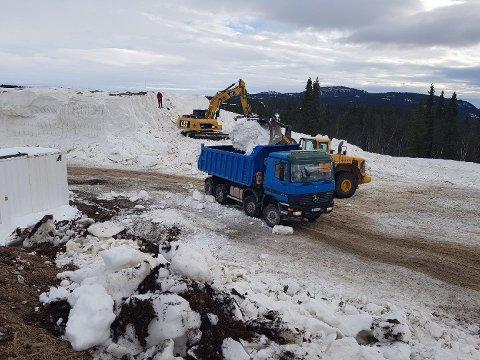 Denne uka har fire gravemaskiner, fem lastebiler, to hjullastere, fire traktorer med henger og en stor tråkkemaskin bidratt til å legge skiforholdene til rette på Beitostølen.