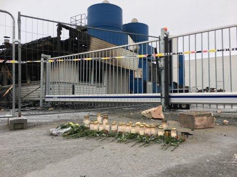 Det var lagt ned blomster og lys ved Metallco Aluminium i helga.