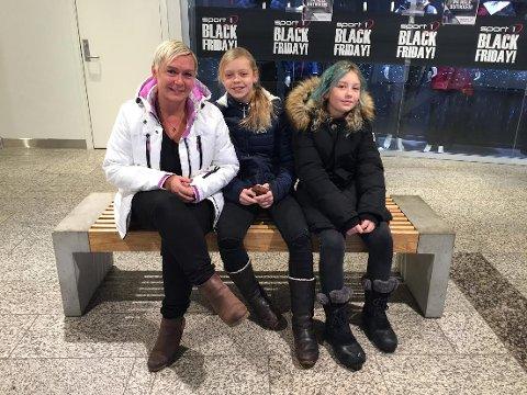 Gry Hege Strandbakke og døtrene Tomine og Hermine Bjørkevoll ventet utenfor sportsbutikken.